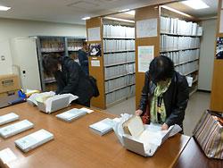 「大村はま文庫」に収められた学習記録を見る研究者ら=昨年11月、鳴門教育大付属図書館
