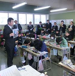 名寄市立風連中央小に出張して、拡大した記事の写真を示しながら授業を進める渥美清孝NIEアドバイザー(釧路市立芦野小教諭)