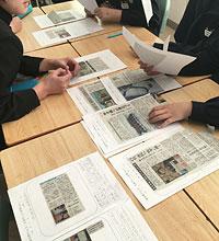 各自が選んだ記事をスクラップ用紙に貼り、要約を書き込んでグループ討議で見せ合う