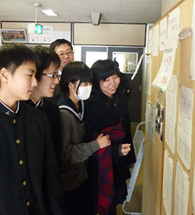 「銭函川柳塾」のコーナーに集う生徒と高橋恒雄教諭(奥)