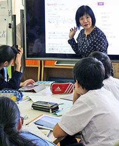 生徒全員がタブレット端末を使っての公開授業を進める 植田恭子教諭