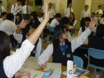 グループごとにワークシートの記事を読み比べ、元気よく挙手する信濃中の生徒たち