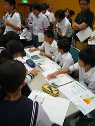 公開授業で班ごとに意見を出し合う島田市立金谷中の2年生たち