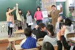 「今日の一枚」の発表後、震災の記事をめぐり話し合う大武教諭と児童たち=3月7日、旭川市立永山小5年3組