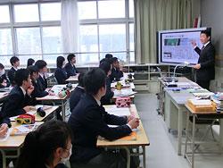 北海道新聞の記事を示しながら授業を進める兼間昌智教諭