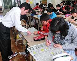 佐々木雅巳教諭の指導でテレビ欄のニュースや天気予報のマークを数える子どもたち=8日、札幌市立西宮の沢小5年2組