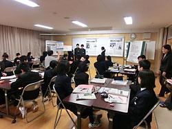 生徒が「地下歩行空間」の記事から必要な情報を読み取り、意見を発表した古畑教諭(右奥)の授業