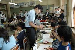 「自分の意見を決めた理由は何?」。丁寧に児童へ声をかけながら授業を進める鍋城教諭