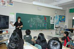 「札幌でも空襲があって、亡くなった人がいるんだよ」。朝倉教諭が告げると、児童から驚きの声が上がった