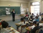 「みんなと同じ小学生が、新聞記事になっています」と語りかける深沢教諭。子どもたちは「自分だったらどうしただろう」と意見交換した