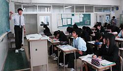 新聞記事を活用して放射線の授業をする高橋教諭=10月12日、砂川高校1年B組