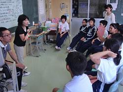 「そのニュースは何で知ったの?」「みんなはどう思う?」。足立教諭(左から2人目)は質問を重ね、全員が同じ話題について考える