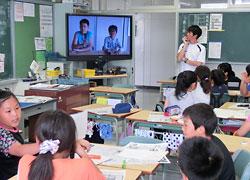 桑田教諭(右奥)が行った読み比べの授業で、児童は記事から探したキーワードを基にニュースを伝えた