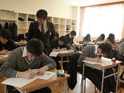「現代社会」で新聞記事を使い授業を進める中村教諭=3月14日、札幌光星高