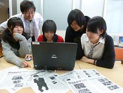 新聞づくりで集まった苫小牧西高新聞局の局員と顧問の古川博之教諭(左から2人目)