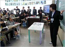 児童たちと東京五輪の歴史的な意義を考えた石川友香教諭の公開授業