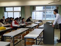記事の活用法を整理・類型化し、社会科教諭を目指す学生に講義する藤本講師(右)