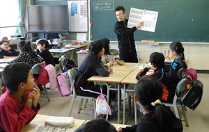 新琴似小5年2組で新聞の天気欄を使った授業をする佐藤新吾教諭