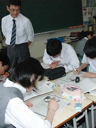 自ら作成したワークシートを使い、国語の授業をする横道教諭