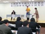 参加者がインタビューの方法を学んだ畝岡・岡山城東高教諭(右)のワークショップ