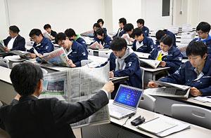 北海道新聞を題材に分かりやすい文章の書き方を学ぶ清水ゼミの受講生=6月13日、室蘭工大