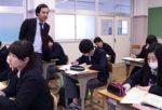 「1票の格差」について生徒に考えさせる末吉智典教諭=3月14日、三宅高校