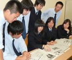 各紙の読み比べをし、今は論文づくりに力を注ぐグローバルコースの生徒たち