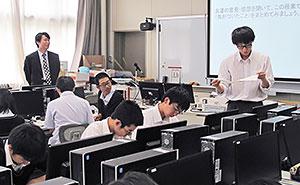 スマホの利用について生徒の意見を聞く桶雄一教諭=6月6日、札幌手稲高