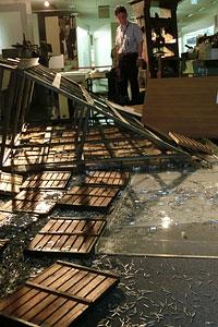 熊本日日新聞の新聞博物館に倒れたまま展示してある活字棚。活字が散乱する