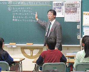 号外を貼り出して授業を進める寺岡克宏教諭