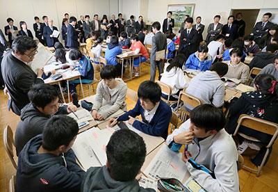 函館セミナーの公開授業でグループ討議を行う函館中部高生=2016年11月10日、函館中部高