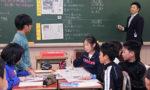 二つの新聞を貼り出して授業を行う内海良亮教諭(神戸新聞社提供
