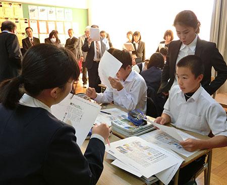 地域の特色を新聞記事から探した日高管内日高町立門別中学校の公開授業=2017年10月16日