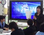 大阪市立昭和中の図書室で、情報活用を生徒に教える植田恭子さん