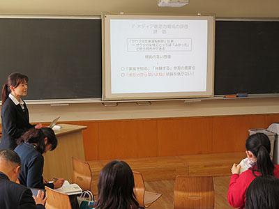 公開研究会で、新聞記事のワークシートを使った授業について発表する海道さん(左端)=3月24日