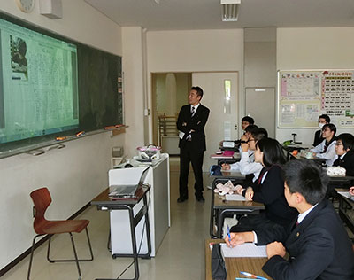 締めくくりの授業では、里見さん(左)が生徒の書いた「ひと2018」を発表し、感想を述べ合った=5月30日