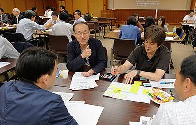 ワールドカフェで自由に話し合った教育関係者