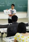 SGDsの視点で読んだ記事について発表する中尾駿さん=旭教大、6月14日