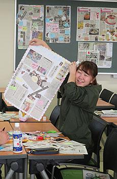 やった! まわしよみ新聞を完成させ笑顔をいっぱいにする学生