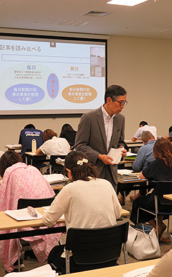 講師の関口さん(中央)は新聞の読み比べを重視。同じ記事でも新聞によって書き方が異なり、その整理もNIEの学習だ