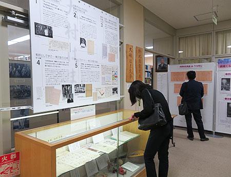 鳴門教育大学附属図書館の大村はま文庫の資料を見入る人たち