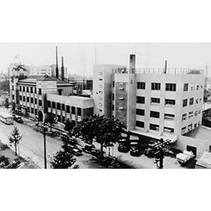 工場増築時の社屋(1954年)