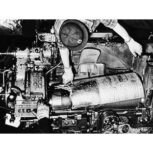 鉛版の鋳造作業(1964年)