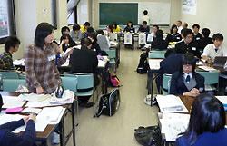 全道高校新聞研究大会の分科会で震災や原発について討論する高校生