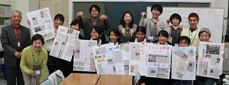 神戸のNPO法人などが運営する生きがい活動ステーションが体験講座「まわしよみ新聞のすすめ」を開き、老若男女14人が陸奥賢さんの助言のもと、思い思いの壁新聞を仕上げた。最後に全員で記念撮影=2015年11月14日、神戸市立六甲道勤労市民センター