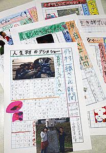 泊小の4年生が作った友達新聞。見出しや題字をカラフルに仕上げている