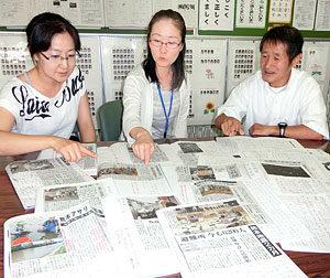 子供たちのスクラップノートを見ながら、震災関連記事を使ったNIE活動について語る(左から)米田、志賀、熊谷の3教諭