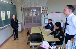 朝の会で、高円宮典子さまの結婚式の記事について発表する五十嵐叶さん(左)。右は太田等教頭