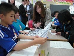 サッカー・ワールドカップの見出しを比較する児童に助言する蓮井教諭(中央)