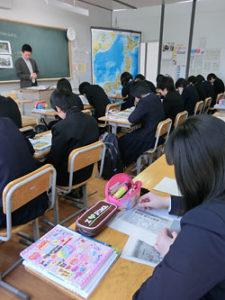 地理分野で、京都の歴史についての記事を使った林祐史教諭の授業=2月26日、釧路市立鳥取中